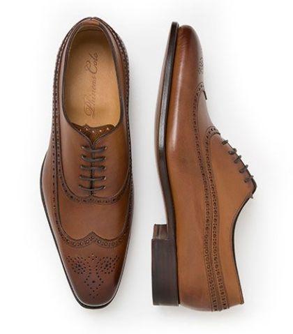 Cómo combinar un traje con zapatos cafés 2