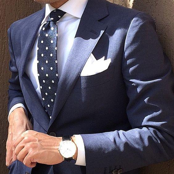 Traje Azul Marino y corbata de puntos
