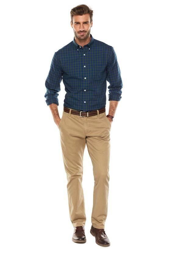 pantalon beige y camisa casual