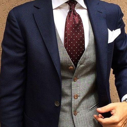 Chaleco color gris con traje azul marino