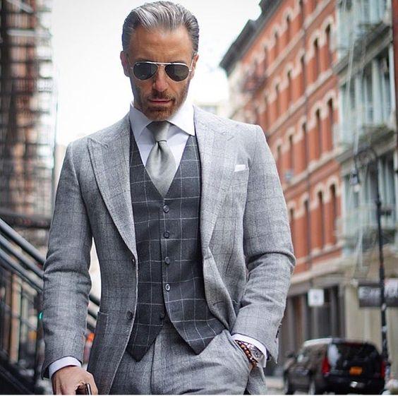 Chaleco gris de cuadros con traje y corbata