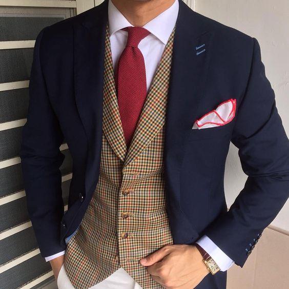 Chaleco café con saco y corbata