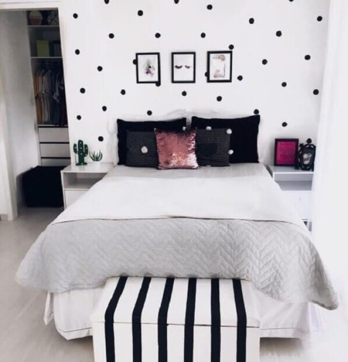 Make a Black Accent in Your Bedroom