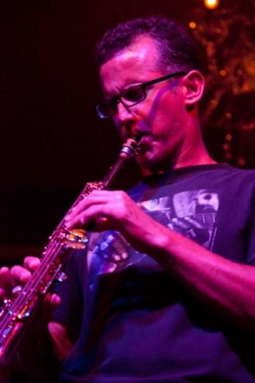 close-up photo of David Sills on stage playing at Bali Mannekenpis