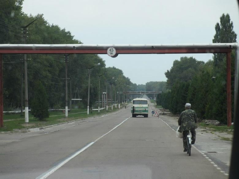 De 4000 som jobbar med underhållet av Tjernobyl bor idag i Tjernobyl. En stad som ligger utanför 10km zonen och därmed acceptabel att bo i under kortare perioder. Bussar går längre in i zonen. En del cyklar till jobb.