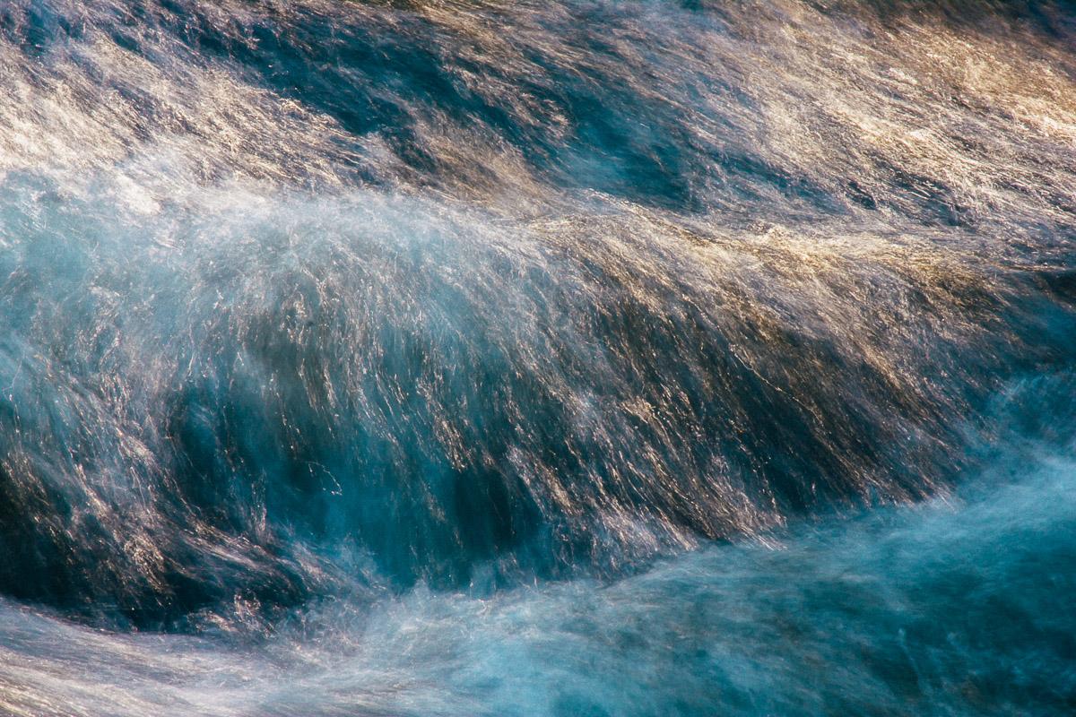 Abstraktes Bild einer Flussströmung mit Lichtreflexen