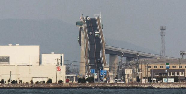 There's-a-bridge-in-Japan-that's-so-steep-it-looks-more-like-a-rollercoaster-990x500