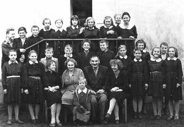 Klasa I, rok szkolny 1958/1959. W pierwszym rzędzie od lewej nauczyciele: Danuta Olko, Maria Mathis, Józef Mathis, Leontyna Zalewska.