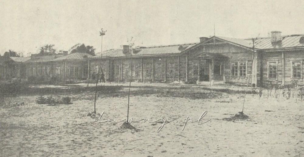 Budynki Mikołajewskiego schroniska dla dzieci żołnierskich nabyte przez Tow. w r. 1902— w których zapoczątkowano pierwsze schronisko dla psychicznie chorych.