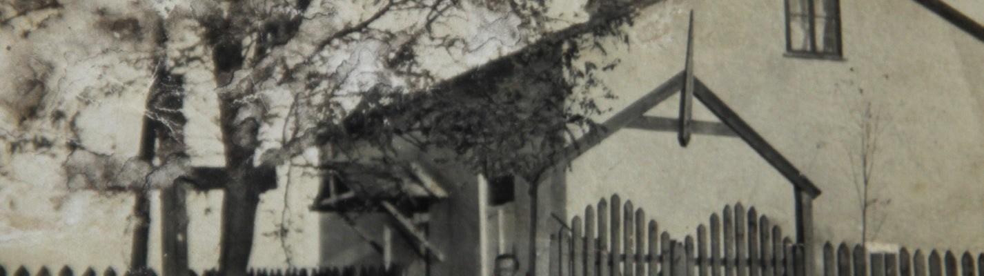 Dom gotowy! Widok od skrzyżowania ulicy Przejazd z Traktem Warszawskim (dziś róg Sasina i Armii Krajowej)