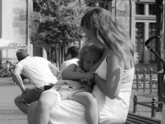Das Projekt Mama stillt zeigt stillende Mütter an öffentlichen Orten.