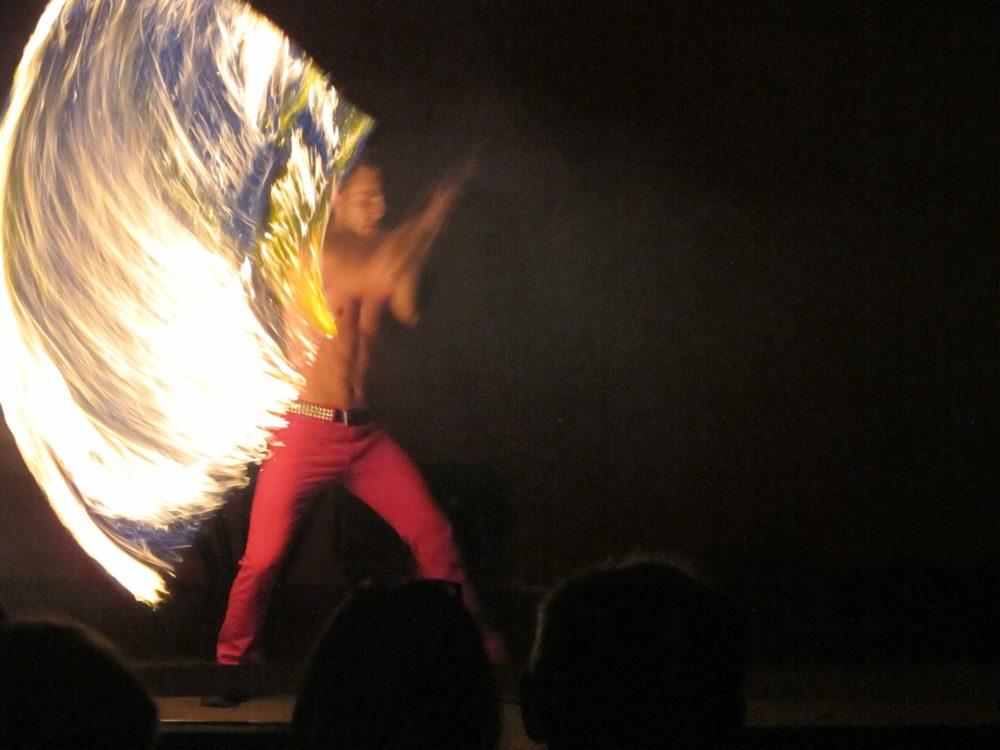 Die perfekt choreografierte Feuershow zog die Massen in ihren Bann. Foto: Jan Schütt