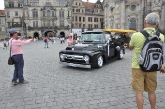 Ein Ford F100 als Hochzeitswagen parkte als Blickfang für Touristen-Selfies am Sonnabend auf dem Schloßplatz. Foto: Una Giesecke