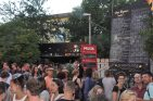 Am Eingang zur Scheune an der Alaunstraße finden die Schaulustigen das aktuelle Programm des Abends. Foto: Una Giesecke