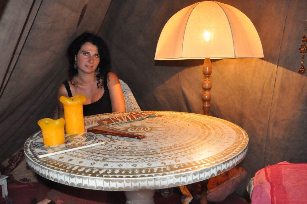 Die Schlange vor Yvonne Burmanns Büdchen reißt bis Mitternacht nicht ab. Sie legt den Fragestellern die Tarot-Karten. Foto: Una Giesecke
