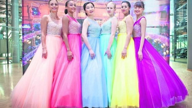 Debütanten-Kleider in sechs Farben stehen für den Semperopernball 2016 zur Wahl. Die Dresdner stimmen ab. Foto: Sven Ellger