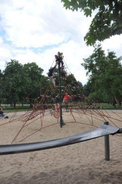 Kletterspinne und Springmatte machen den Spielplatz im Alaunpark zu einem der beliebtesten in der Neustadt. Foto: Una Giesecke