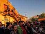 Zahlreiche Neugierige strömten zur Messe, wo sich auf dem Gelände der diesjährigen Ostrale Streetart-Künstler Live-Duelle lieferten. Foto: Una Giesecke