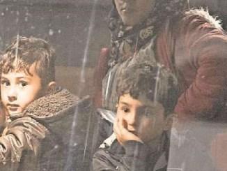 In Dresden angekommen, heißt es für die Flüchtlinge warten: Erst müssen die Formalitäten erledigt werden, bevor sie aus dem Bus aussteigen dürfen. Foto: Sven Ellger