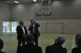 Bürgermeister Winfried Lehmann übergibt den symbolischen Schlüssel an Schulleiter Karsten Jonas. Foto: Una Giesecke