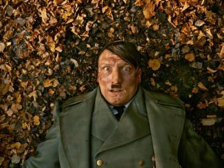 Adolf Hitler wacht unerwartet in Berlin auf. Foto: © Constantin Film