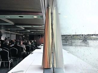Mit Blick auf die Elbe feierte die Internationale Kommission zum Schutz der Elbe (IKSE) ihr Jubiläum in Dresden. Foto: Una Giesecke