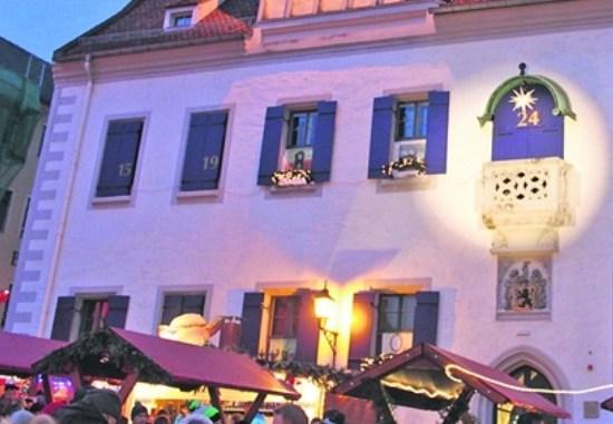 Manche Mitarbeiter im Meißner Rathaus sitzen im Advent hinter geschlossenen, nummerierten Fensterläden. Foto: Andreas Krause