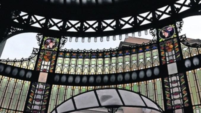 Ob die Glasfenster im Veitsdom oder die Architektur des Repräsentatntenhauses – ein Dorado für Jugendstil-Liebhaber ist die tschechische Hauptstadt, die nur zwei Auto-, Zug- oder Busstunden von Dresden entfernt liegt. Fotos: Una Giesecke