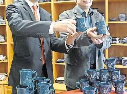 Amtsleiter Robert Franke (li.) und Andreas Kannegießer mit den neuen Glühweintassen – 100000Stück werden exklusiv für den Striezelmarkt in Neukirch gefertigt. Foto: B.Hilbig