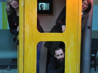 In dem Telefonzellen-Nachbau vor dem Kleinen Haus an der Glacisstraße flimmern am Montag Kurzfilme übers Tablet. Foto: Una Giesecke