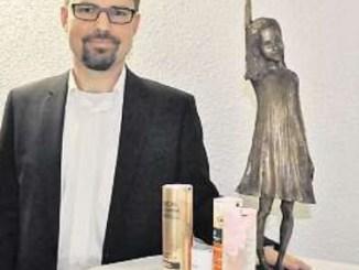 Matthias Lütkemeier, Chef des Tubenherstellers Essel, freut sich über die Preisskulptur, eine Bronzeplastik Malgorzata Chodakowska. Foto: Una Giesecke