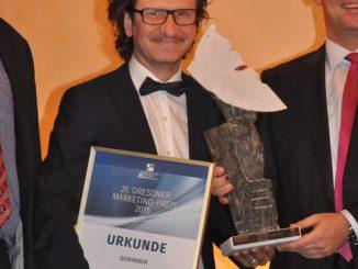 Heiko Schneider nahm die Preisskulptur des Dresdner Bildhauers Thomas Reimann entgegen. Foto: Una Giesecke
