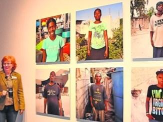 """""""Küss mich, ich bin blond"""" – Verena Böll zeigt Fotos von französischsprachigen Haitianern, die die englischen Aufschriften ihrer Billig-T-Shirts nicht verstehen. Foto: Una Giesecke"""