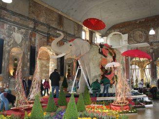 Ein vier Meter hoher Elefant steht für Indien, geschmückt mit einem Teppich aus Blumen. Foto: Franziska Sommer
