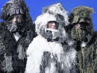 Deichkind als Yeti-Trio mit Anzug und Fliege. Foto: PR