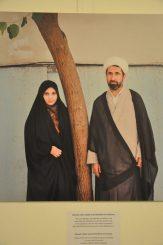 """Fatemehs Vater arbeitet in der Bibliothek einer Moschee. """"Die Leute glauben, ich hätte keine Freiheiten, weil mein Vater ein Geistlicher ist. Aber das stimmt nicht, er hat zugelassen, dass ich mit meinen Freundinnen die nationale Buchmesse besuchte, als ich 15 war."""" Repro: Una Giesecke"""