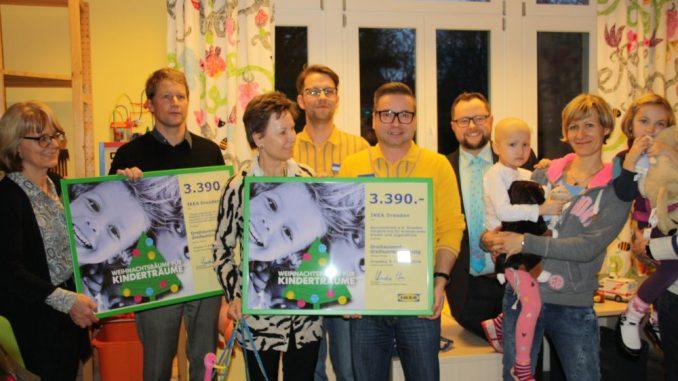Prof. Dr. med. Veit Rößner, Helma Orosz und Andreas Führlich nahmen die Schecks von Hartmut Buse und Andreas Kämpf von Ikea entgegen. Foto: Franziska Sommer