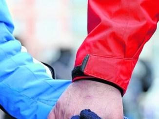 Sich die Hände reichen ist eine wichtige Botschaft der Menschenkette. Foto: Steffen Unger