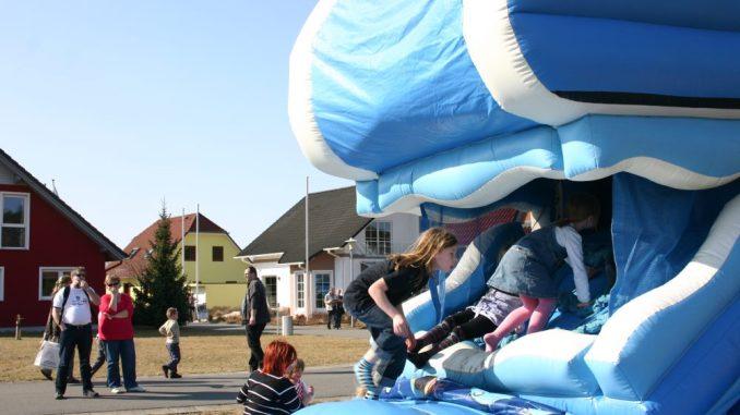 Beim Frühlingsfest in der Musterhausausstellung kommen große und kleine Bauherren auf ihre Kosten.