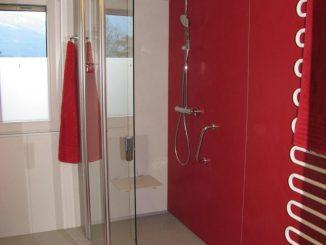 Nach dem Umbau: Barrierefreies Bad, rutschfeste bodenebene Dusche mit wegfaltbarer Duschtrennwand.