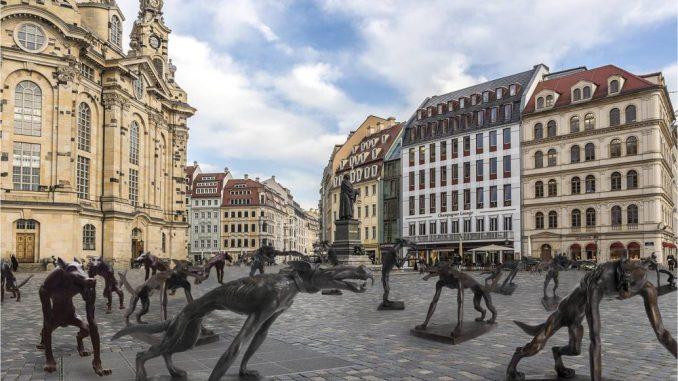 Die Wolfsskulpturen sind ab Mittwoch auf dem Neumarkt zu sehen. Foto: Bildmontage/PR