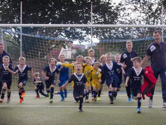 Thomas Metzner bringt Kindern und Jugendlichen Fußball bei.