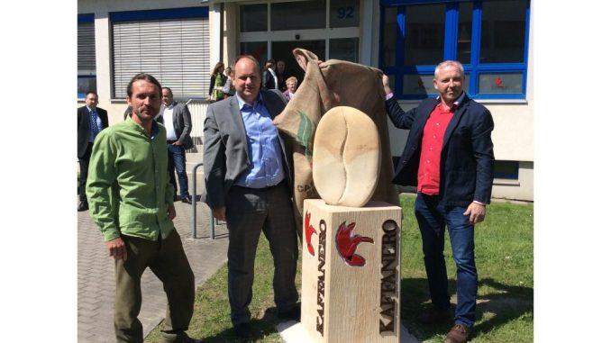 Der Radebeuler Steinmetz Thomas Schmidt zeigte gemeinsam mit OB Dirk Hilbert die Skulptur an der Kaffeerösterei KAFFANERO. Inhaber Jens Kinzer freut sich über das Kunstwerk an seiner Rösterei. Foto: PR
