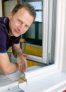 Frank Barthold zeigt die Fensterwechseltechnik