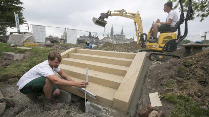Techniker Marius Röger (25) baut die Sandsteintreppe für den Canaletto-Blick auf. Foto: Steffen Füssel