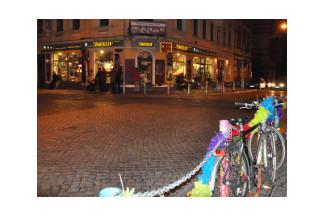An der Kreuzung Görlitzer/Rothenburger Straße feiert das Szeneviertel oft bis in die Morgenstunden. Foto: Una Giesecke