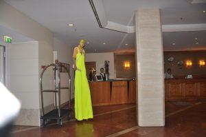 Stelzenläufer im Foyer des Hotels Westin Bellevue Foto: Una Giesecke