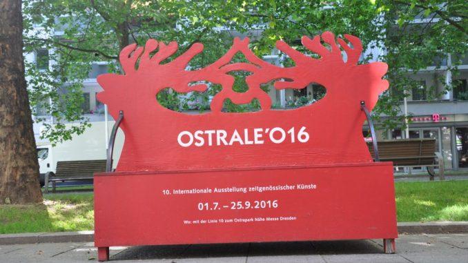 Auffällige Bänke machen in der Innenstadt Werbung für die Ostrale im Ostragehege. Foto: Una Giesecke