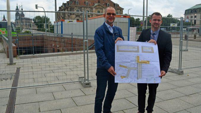 Gunther Hentschelmann, der stellvertretende Leiter des Straßen- und Tiefbauamtes, und Baubürgermeister Raoul Schmidt-Lamontain zeigen den Plan für die Verfüllung des Tunnels. Foto: Thessa Wolf