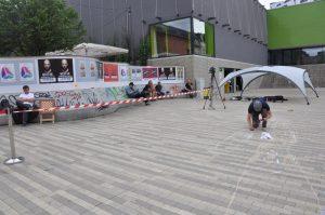 Leon Keer gestaltet ein Stück Scheune-Vorplatz. Foto: Una Giesecke